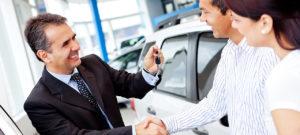 סוכן מכירת רכב מעניק מפתח לזוג שעשה עסקת טרייד אין לרכב